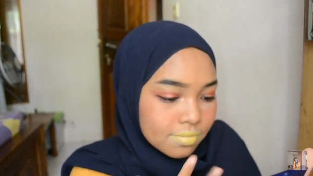 Lipstik ombre tiktok dibuat dengan mengaplikasikan eyeshadow kuning/youtube.com/Intan인탄