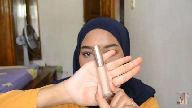 Lipstik ombre tiktok menggunakan beberapa produk berupa concealer, lipstik merah dan eyeshadow kuning/youtube.com/Intan인탄