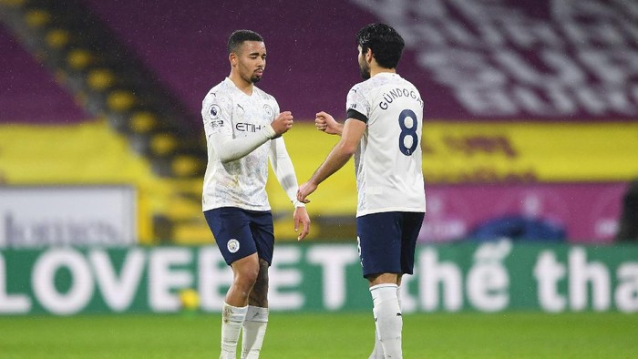 BURNLEY, ENGLAND - FEBRUARY 03: Gabriel Jesus of Manchester City celebrates victory with team mate Ilkay Gundogan following the Premier League match between Burnley and Manchester City at Turf Moor on February 03, 2021 in Burnley, England. Sporting stadiums around the UK remain under strict restrictions due to the Coronavirus Pandemic as Government social distancing laws prohibit fans inside venues resulting in games being played behind closed doors. (Photo by Gareth Copley/Getty Images)
