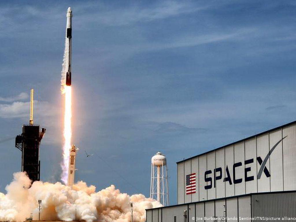 Mliarder Jepang Ajak 8 Orang Terbang ke Bulan Pakai Roket SpaceX, Mau?