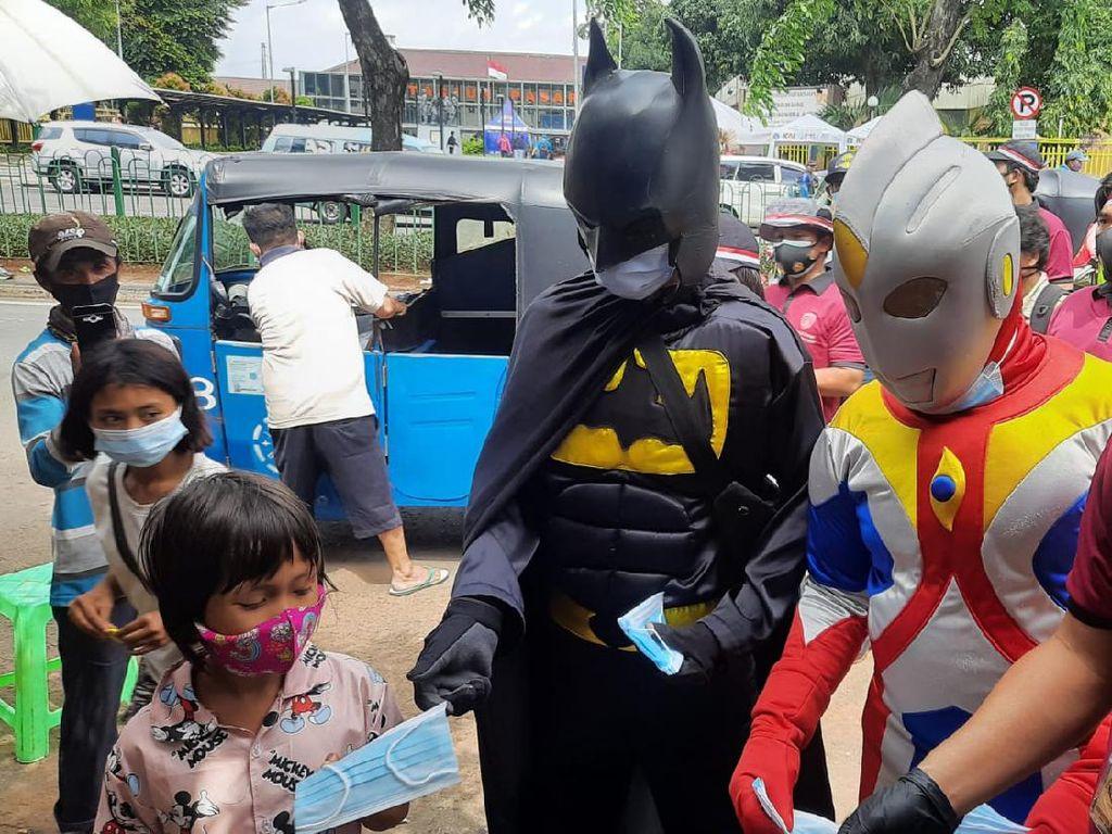 Cara Unik Polisi Bagi-bagi Masker di Jakpus, Pakai Kostum Superhero