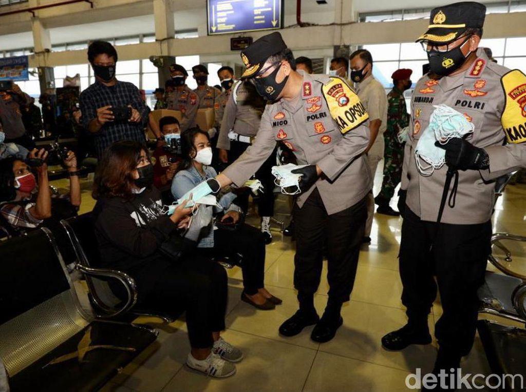 Polisi/TNI Sosialisasi Prokes Sekaligus Bagi Masker di Terminal Purabaya