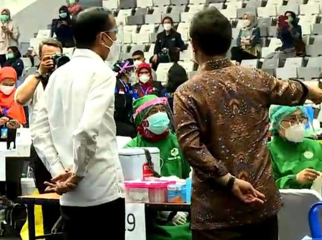 Jokowi Tinjau Vaksinasi Massal COVID-19 untuk Nakes di Istora Senayan