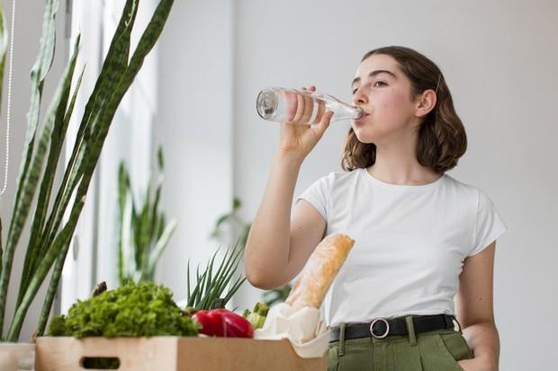 Minum air yang cukup sangat penting untuk kesehatan, tidak terkecuali kesehatan kuku. Tanpa kelembapan yang memadai, kuku bisa menjadi rapuh dan patah