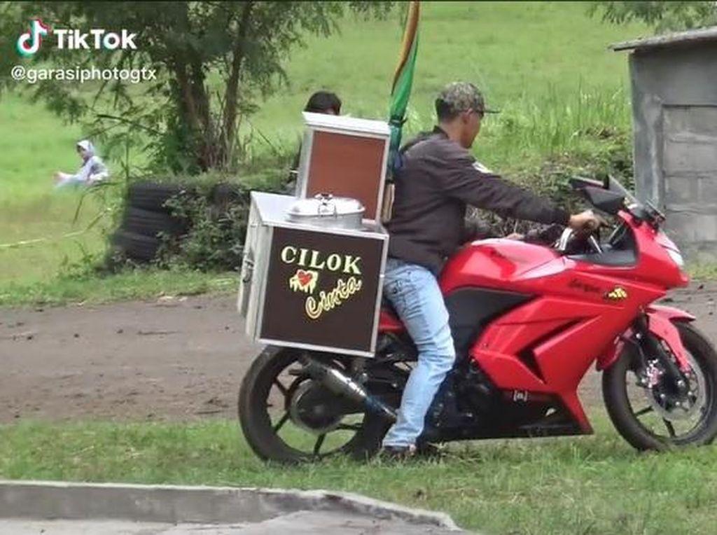 Keren! Tukang Cilok Jualan Pakai Motor Sport Rp 30 Jutaan