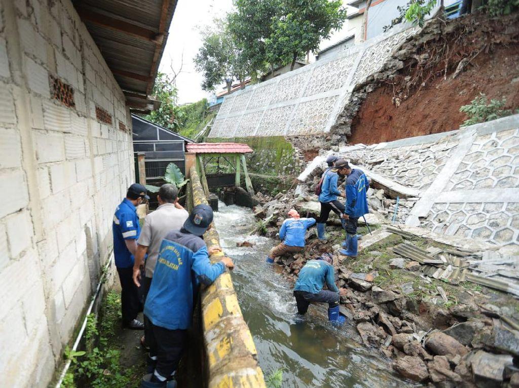 Diguyur Hujan, Turap Kali di Srengseng Sawah Jaksel Longsor