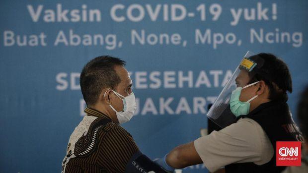 Sejumlah tenaga kesehatan mendapatkan vaksinasi dosis pertama vaksin COVID-19 Sinovac di Istora Senayan, Jakarta, Kamis, 4 Februari 2021. CNN Indonesia/Adhi Wicaksono