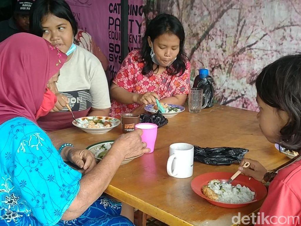 Keren! Warung Makan Ini Berikan 150 Porsi Makanan Gratis Tiap Hari