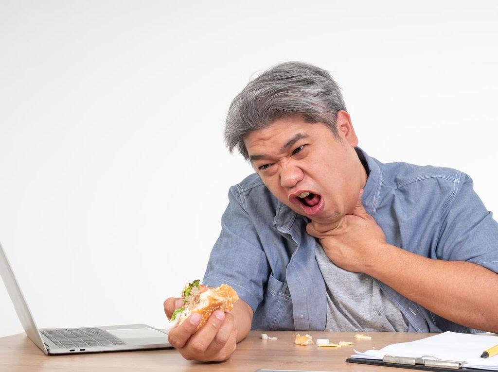 Penting! 5 Cara Menolong Orang Tersedak Makanan