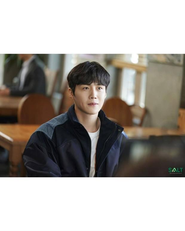 Aktor Kim Seon Ho menjadi cameo untuk drama Run On sebagai sutradara Kim Sang Ho.