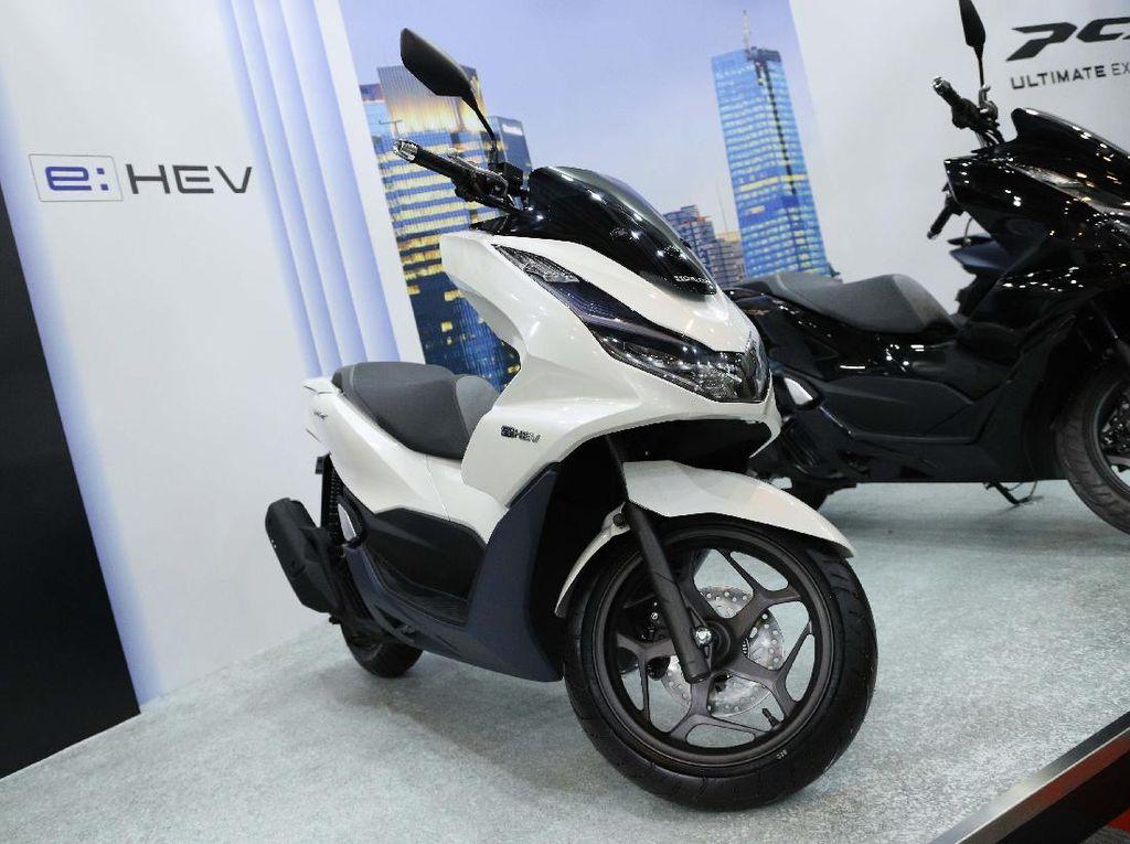 Bagai Bumi dan Langit, Segini Penjualan PCX Hybrid di RI