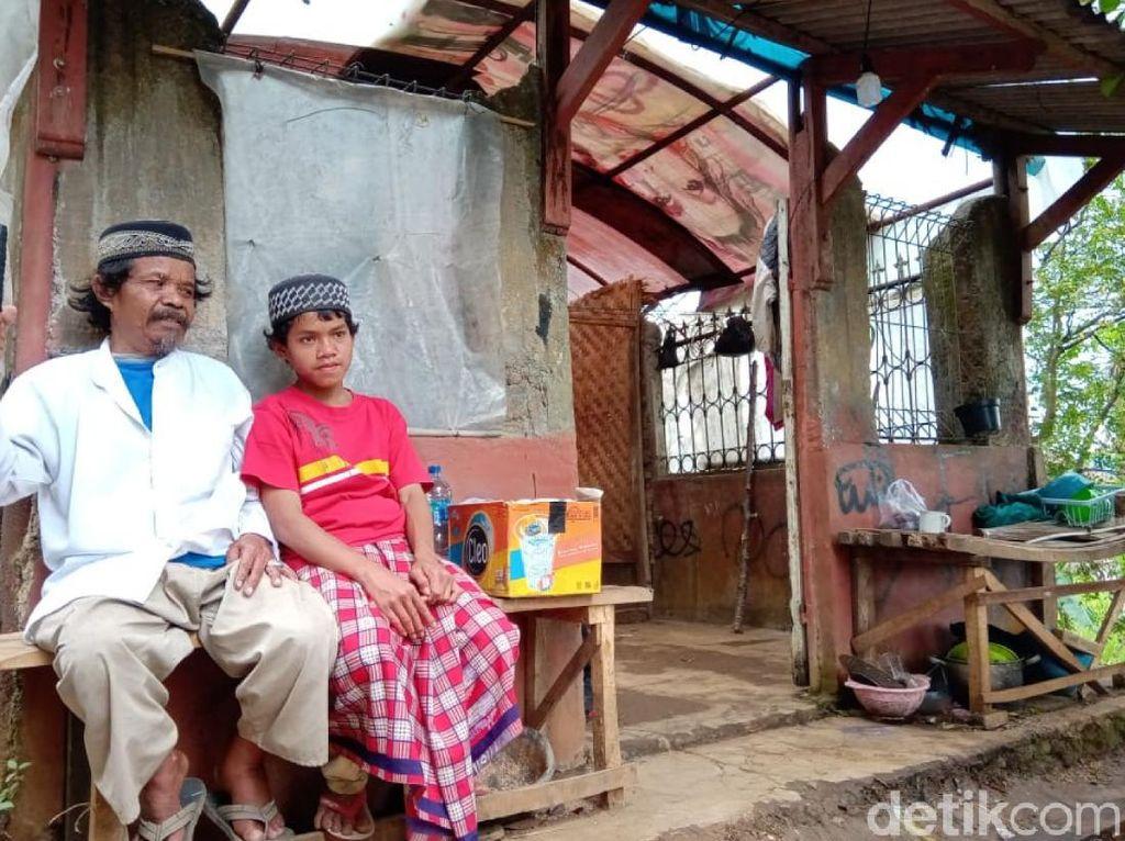 Miris! Ayah dan Anak Tinggal di Pos Jaga Kawasan Pemakaman Cianjur