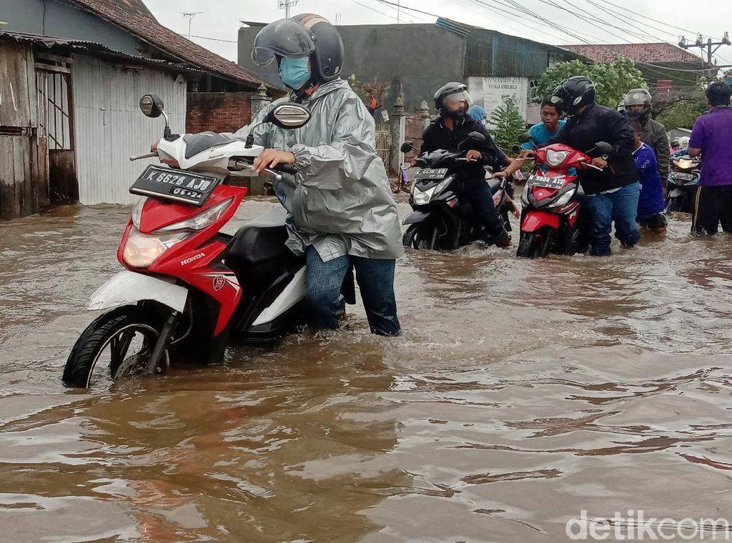 Banjir di Jalan Kudus-Purwodadi Bikin Banyak Motor Mogok