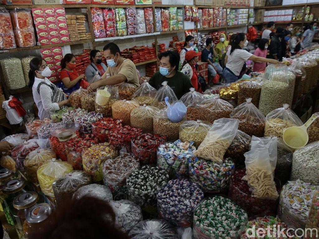 Jelang Imlek, Pedagang Kue Kering Diserbu Pembeli