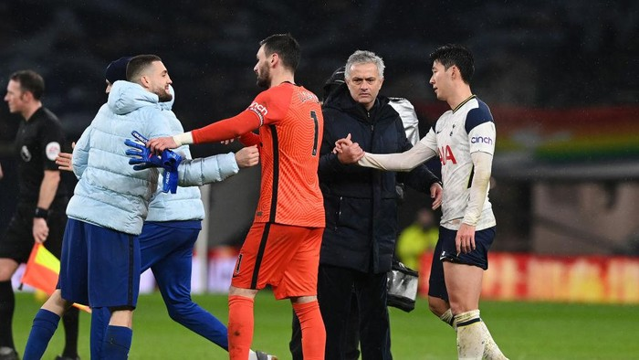 LONDON, ENGLAND - FEBRUARY 04: Jose Mourinho, Manager of Tottenham Hotspur shakes hands with Son Heung-Min of Tottenham Hotspur following the Premier League match between Tottenham Hotspur and Chelsea at Tottenham Hotspur Stadium on February 04, 2021 in London, England. Sporting stadiums around the UK remain under strict restrictions due to the Coronavirus Pandemic as Government social distancing laws prohibit fans inside venues resulting in games being played behind closed doors. (Photo by Neil Hall - Pool/Getty Images)