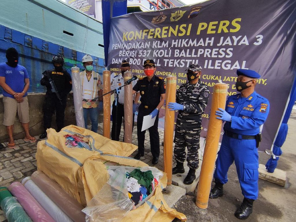 Sampah Barang Bekas-Kain Belasan Miliar dari Malaysia Disita di Kendal