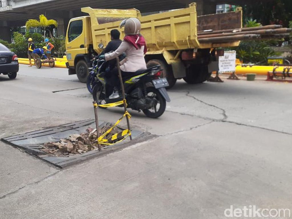 Di Kalimalang Dekat Tol Becakayu, Tutup Gorong-gorong Rusak-Jalan Berlubang