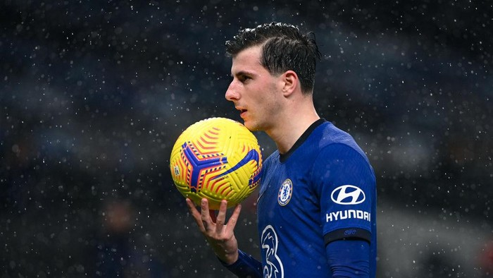 LONDON, ENGLAND - FEBRUARY 04: Mason Mount of Chelsea carries the ball during the Premier League match between Tottenham Hotspur and Chelsea at Tottenham Hotspur Stadium on February 04, 2021 in London, England. Sporting stadiums around the UK remain under strict restrictions due to the Coronavirus Pandemic as Government social distancing laws prohibit fans inside venues resulting in games being played behind closed doors. (Photo by Neil Hall - Pool/Getty Images)