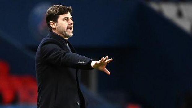 Paris Saint-Germain's Argentine head coach Mauricio Pochettino gives his instructions during the French L1 football match between Paris Saint-Germain and Nimes Olympique at the Parc des Princes stadium in Paris on February 3, 2021. (Photo by FRANCK FIFE / AFP)