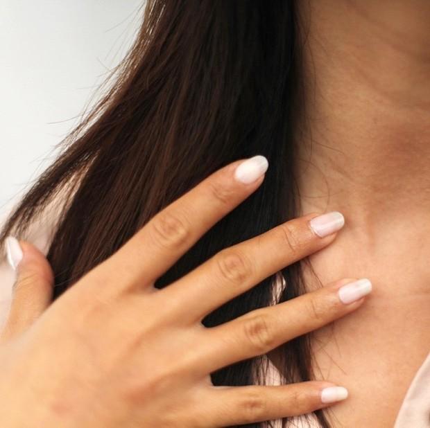 Kandungan lemak di minyak kelapa membantu mempertahankan kelembapan alami yang membuat kulit kamu terhidrasi untuk waktu yang sangat lama.