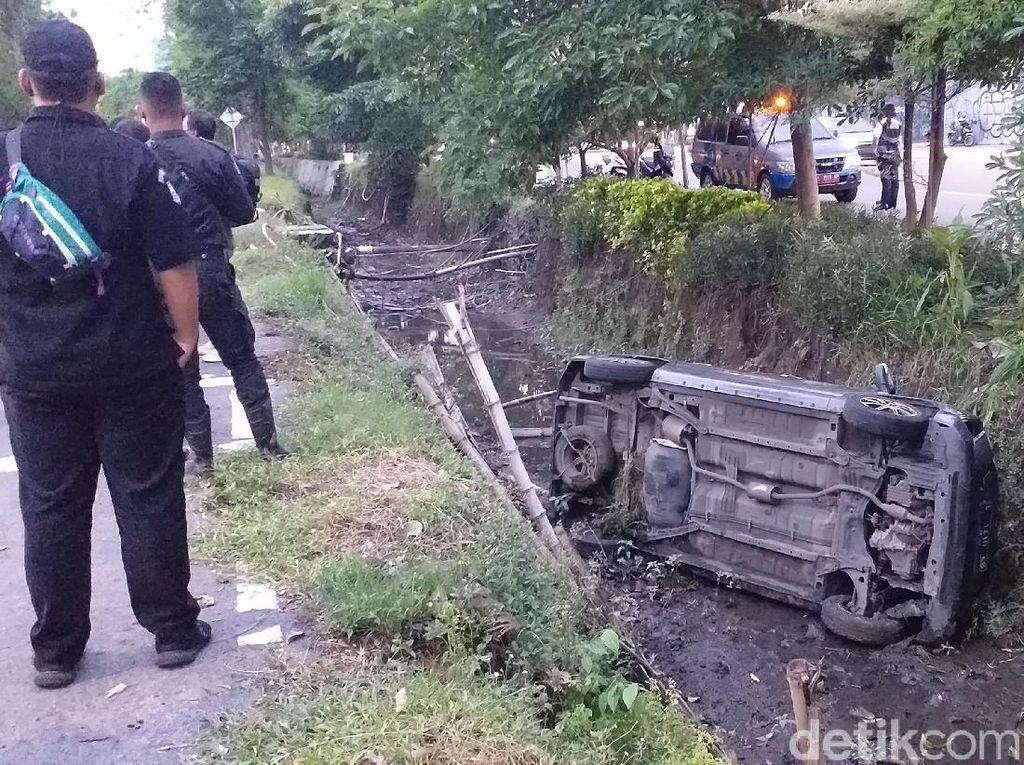 Sopir Ngantuk, Taksi Online Tercebur Sungai di Surabaya