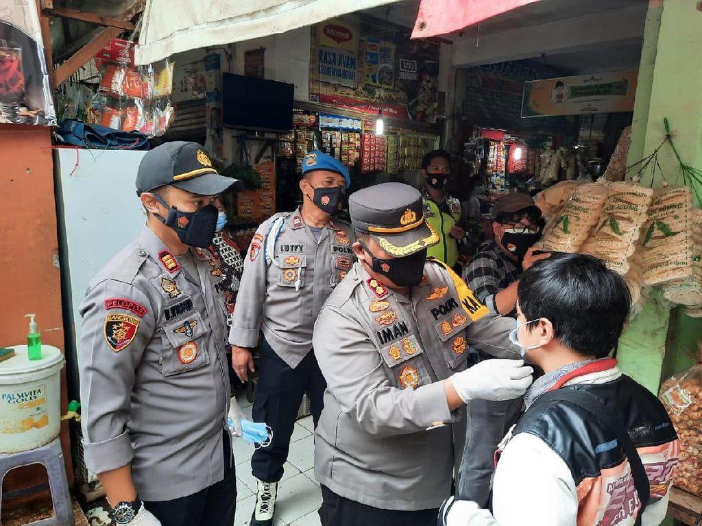 Polisi-TNI di Sebar 2.000 Masker ke Pedagang Pasar Kelapa Dua Tangerang