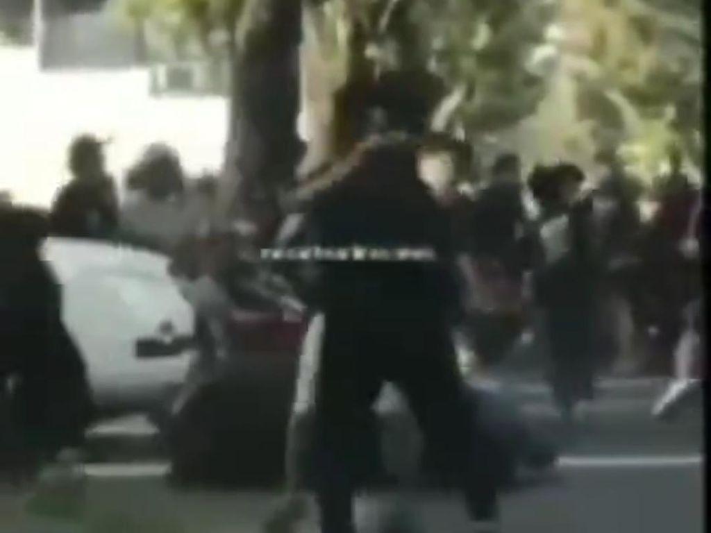 Pria Dikeroyok Diduga Geng Motor di Jalanan Medan, 2 Pelaku Ditangkap