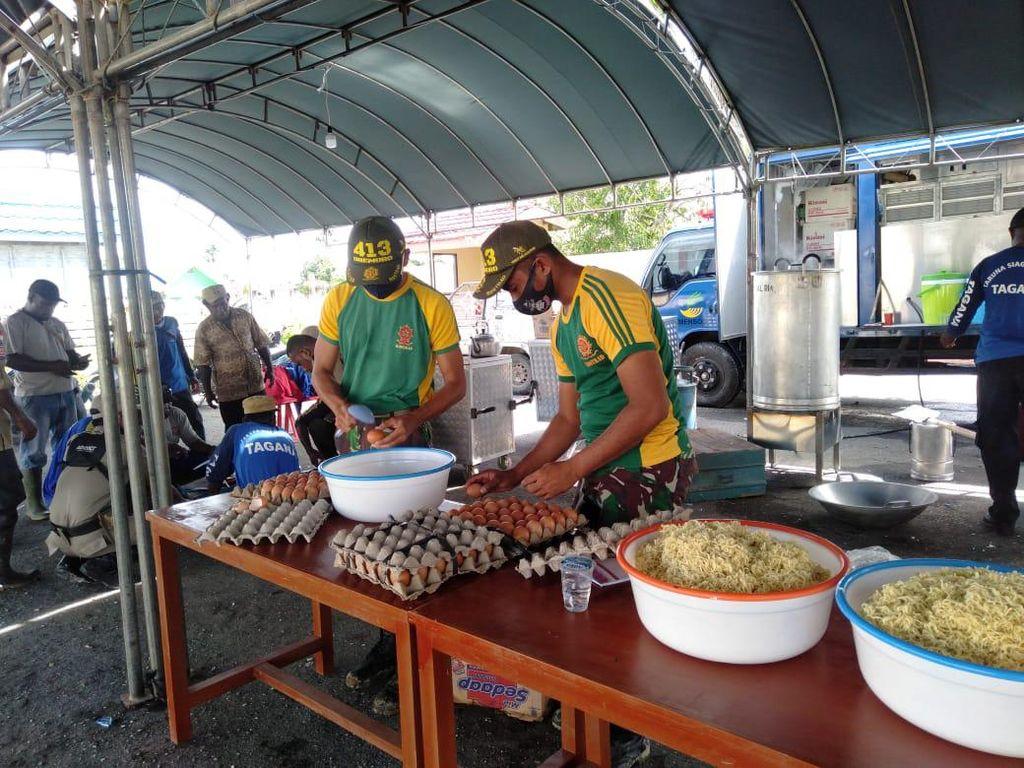 Satgas Yonif MR 413 Kostrad Bangun Dapur Bantu Pengungsi Banjir di Keerom