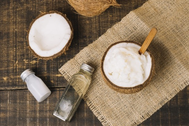 Dengan memasukkan minyak kelapa ke dalam rutinitas kuku kamu akan melembapkan, memperkuat dan tumbuhkan kuku.