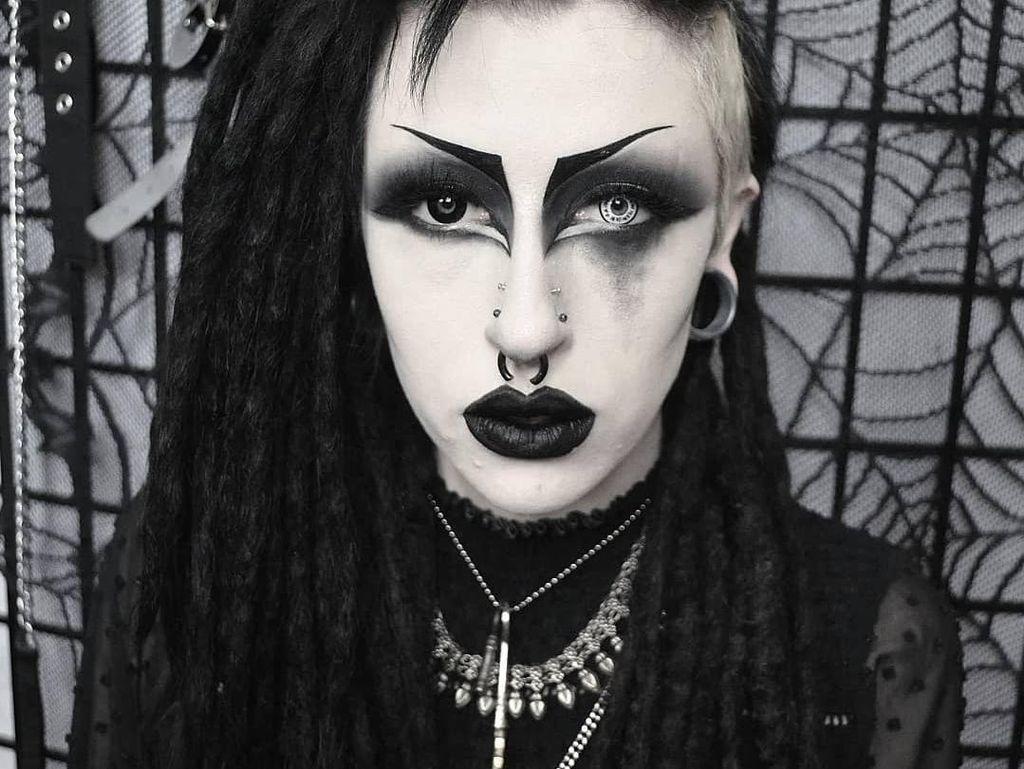 Transformasi Ekstrem Wanita yang Biasa Tampil Gotik Jadi Selebgram Seksi