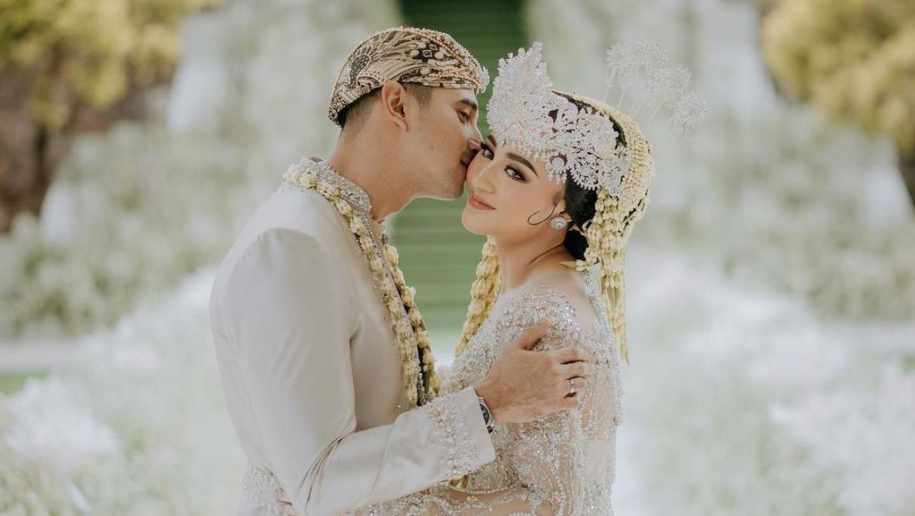 7 Potret Seleb Indonesia yang Menikah Sebelum Dapat Gelar Sarjana S1