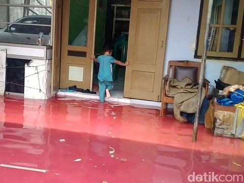 Banjir merendam Kota Pekalongan, Jawa Tengah, Sabtu (6/2/2021). Yang membuatnya tak biasa, banjir di salah satu sudut kota airnya berwarna merah.