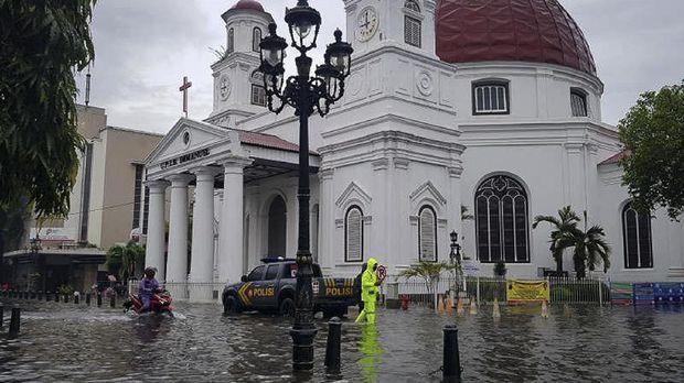 Banjir melanda kawasan Kota Lama Semarang, Sabtu. (ANTARA/ I.C.Senjaya)