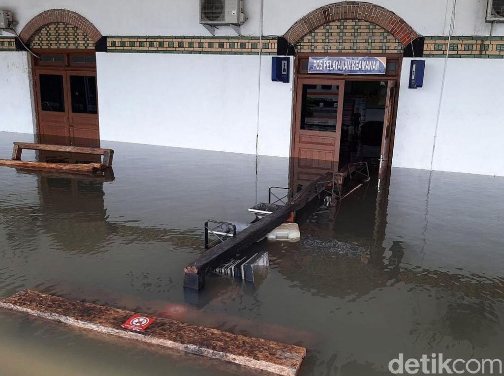 Banjir Masih Genangi Stasiun Tawang Semarang