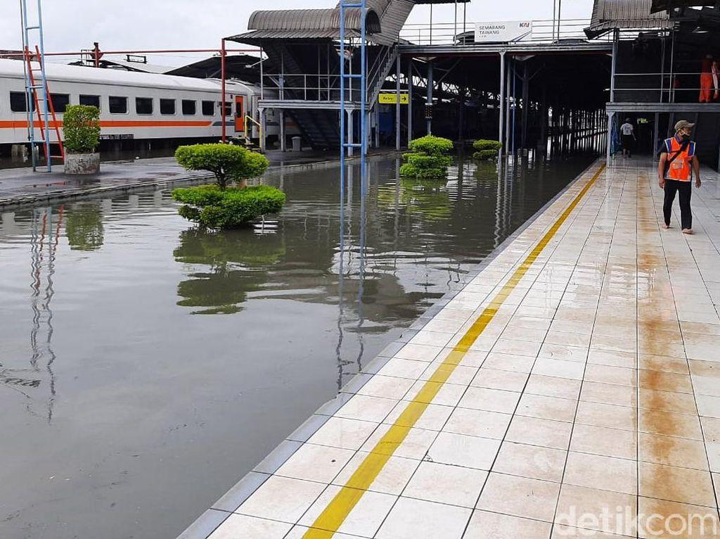 Banjir Juga Rendam Stasiun Tawang Semarang