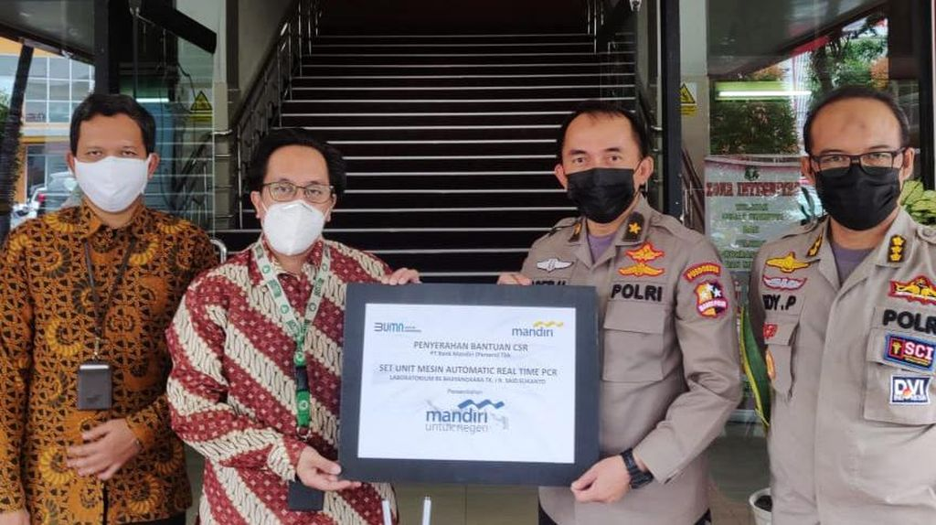 Bank Mandiri Serahkan Mesin PCR ke RS Polri Sukanto
