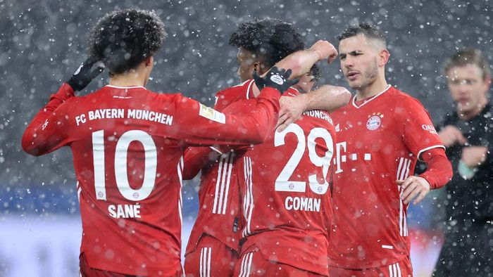 BERLIN, GERMANY - FEBRUARY 05: Kingsley Coman of Muenchen celebrates with his team mates after scoring his teams first goal during the Bundesliga match between Hertha BSC and FC Bayern Muenchen at Olympiastadion on February 05, 2021 in Berlin, Germany. (Photo by Boris Streubel/Getty Images)