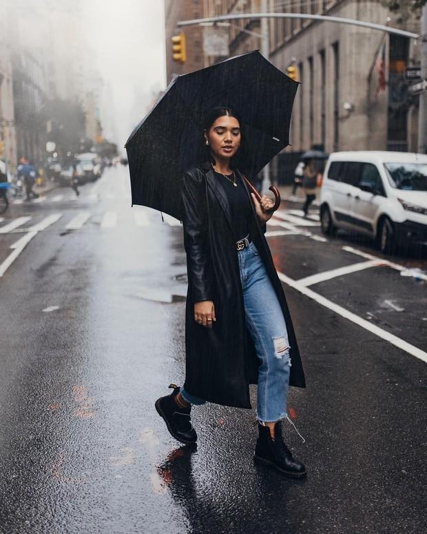 Coat pilihan outfit untuk musim hujan (instagram.com/vanessazambito)