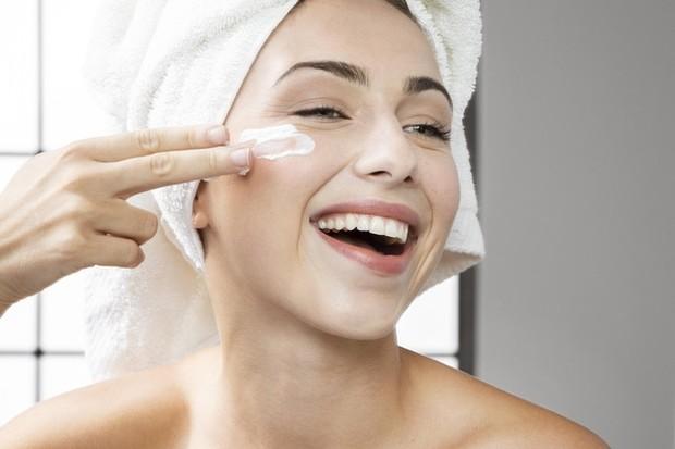 Moisturizer akan mengurangi tampilan pori-pori dan mengurangi ketidaksempurnaan kulit.