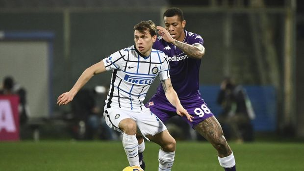 Inter Milan's Nicolo Barella, left, competes for the ball with Fiorentina's Igor during the Serie A soccer match between Fiorentina and Inter Milan, at the Artemio Franchi Stadium in Florence, Italy, Friday, Feb. 5, 2021. (Massimo Paolone/LaPresse via AP)