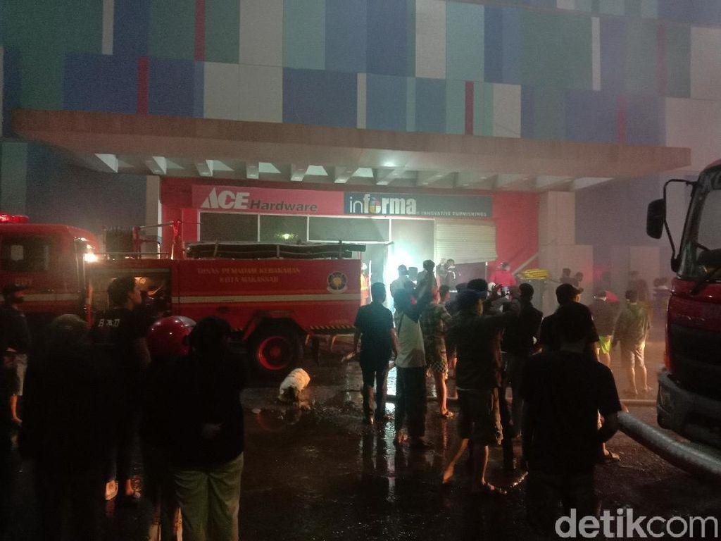 Kebakaran Mall di Makassar Belum Padam, Kini Api Menjalar ke Lantai 1