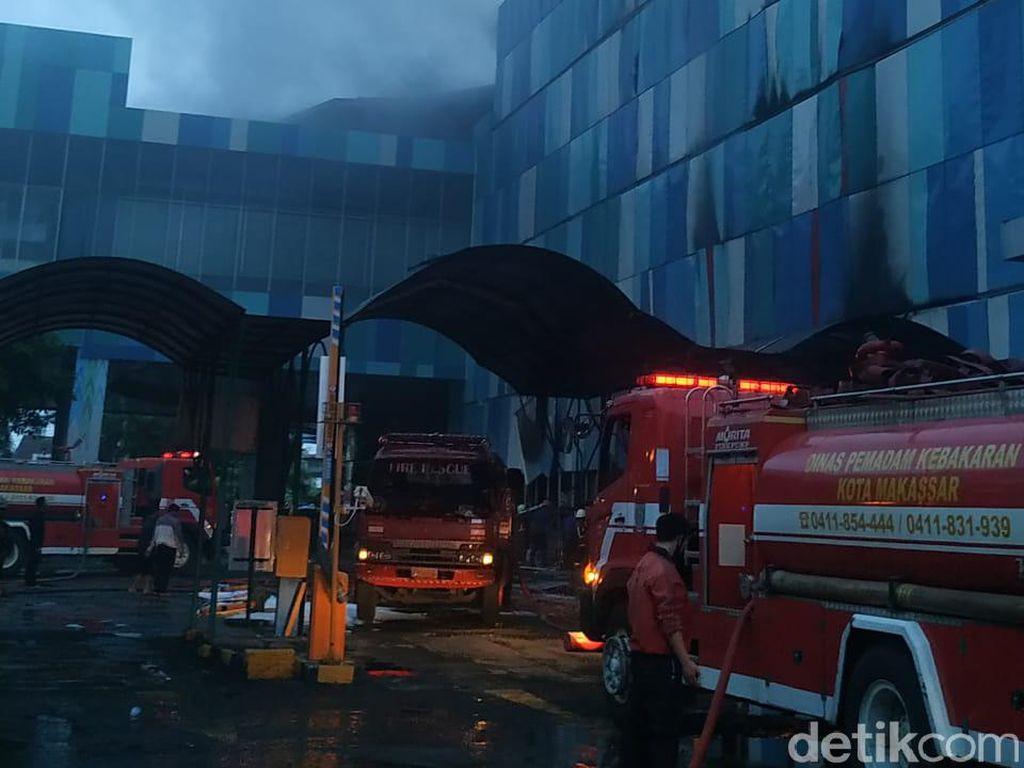 Penampakan Mal Panakkukang Makassar Terbakar 11 Jam Lebih