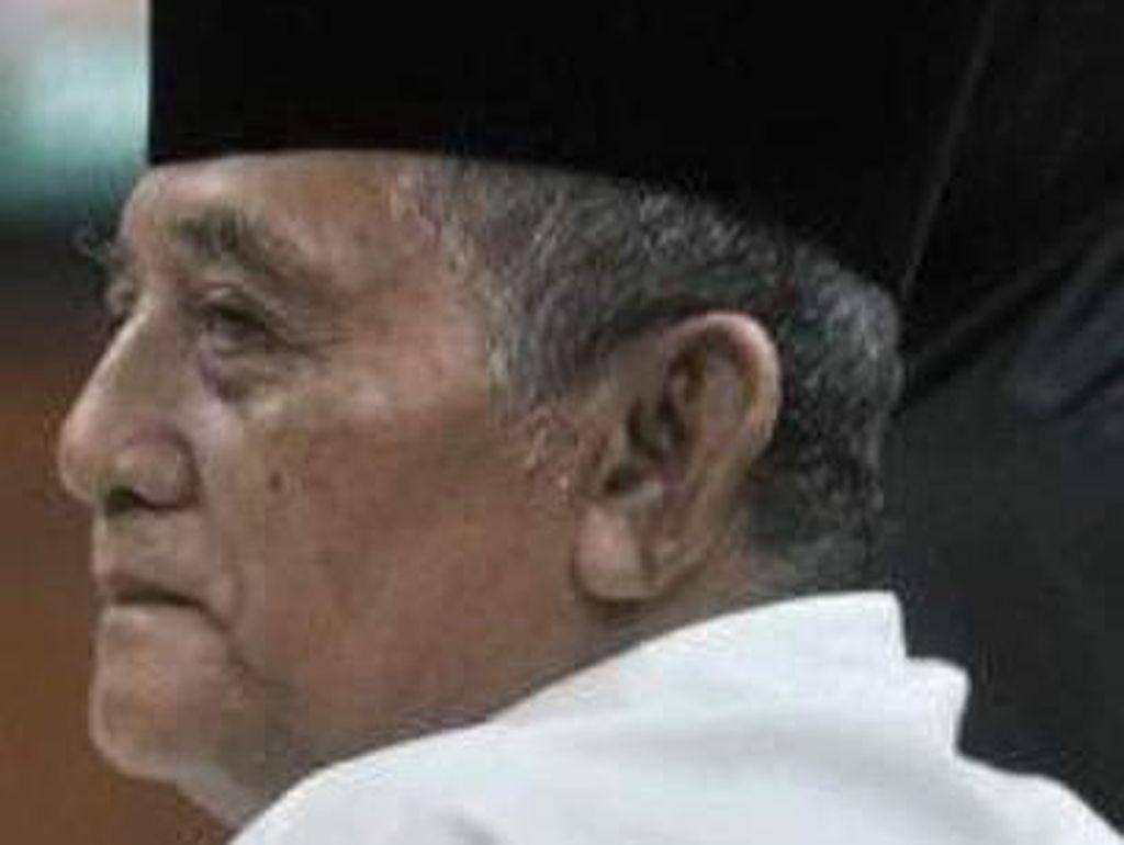 KH Atabik Ali Mertua Anas Urbaningrum Dimakamkan dengan Protokol COVID-19