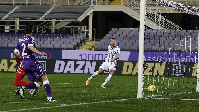 FLORENCE, ITALY - FEBRUARY 05: Ivan Perisic of FC Internazionale scores his team second goal during the Serie A match between ACF Fiorentina  and FC Internazionale at Stadio Artemio Franchi on February 05, 2021 in Florence, Italy.  (Photo by Gabriele Maltinti/Getty Images)