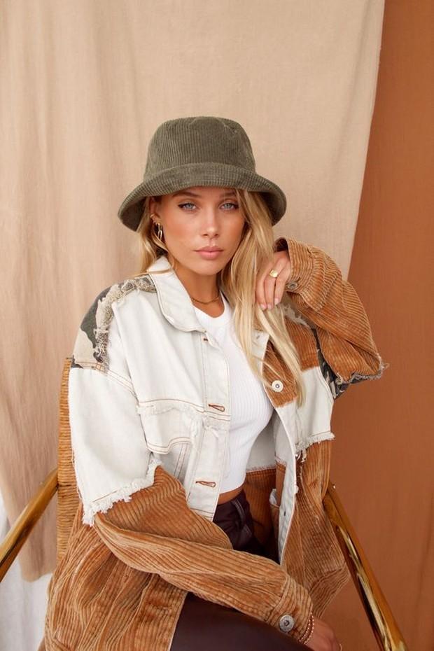 Topi akan menambahkan gaya pada pakaian dan melindungi rambut dari hujan.