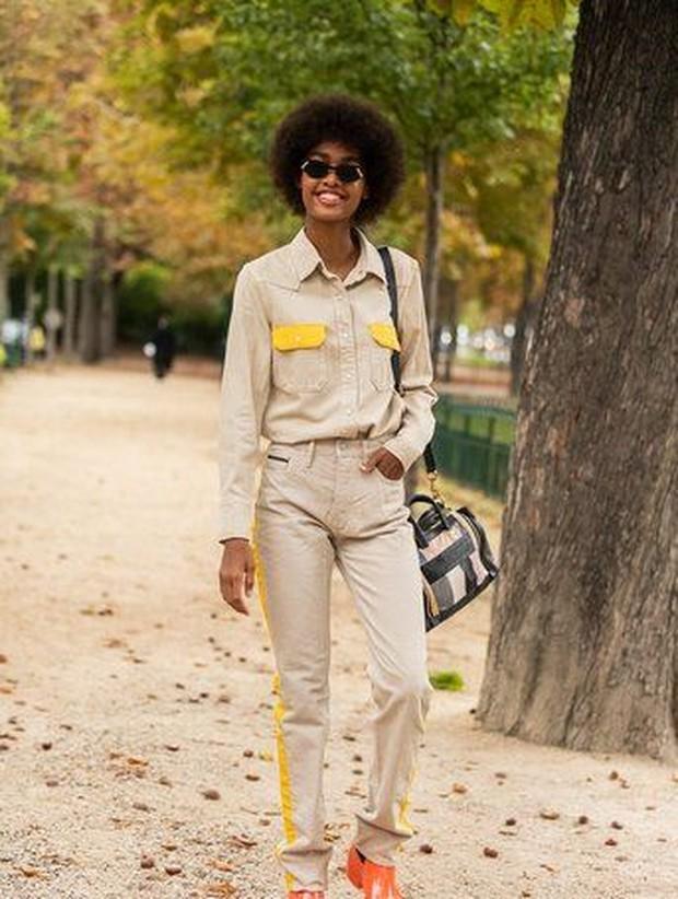 Jika sedang merasa tidak termotivasi dan malas untuk mix and match, outfit satu set.