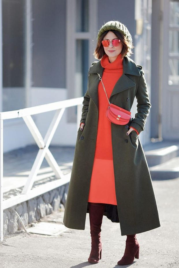 Pilih satu warna cerah dan lengkapi outfit satu lagi dengan warna lebih gelap.