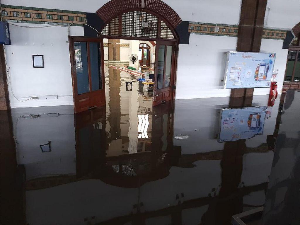 Banjir di Semarang, Ini Daftar 7 Perjalanan KA yang Terdampak