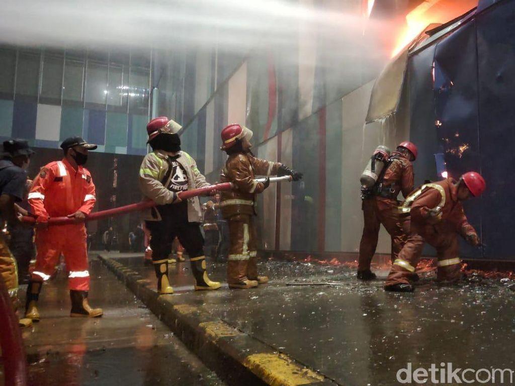 Sudah 6 Jam, Kebakaran Mall di Makassar Belum Padam