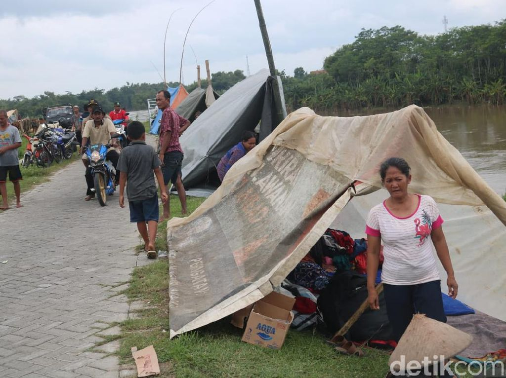 Enggan di Tempat Pengungsian, Korban Banjir Jombang Dirikan Tenda Darurat